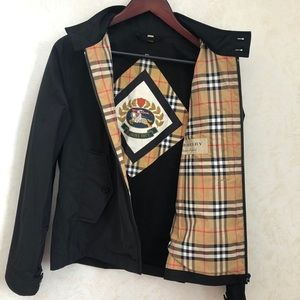 $680 Burberry men Lightweight logo crest jacket